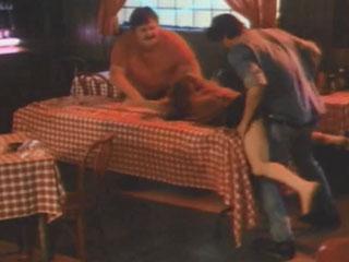 В баре на столе - один держит, другой наслаждается.