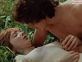 Влюбленные подростки гуляют голышом и предаются ласкам.
