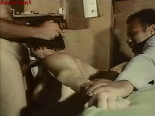 Трое сбежавших заключенных овладевают чужой женой на глазах у мужа.