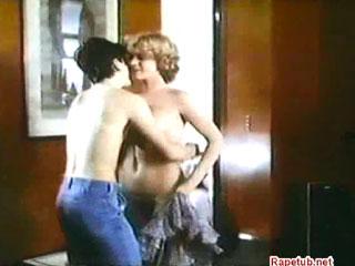 Очкарик лишается девственности со зрелой женщиной.