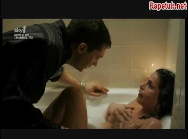 Неожиданное появление постороннего мужчины в ванной.