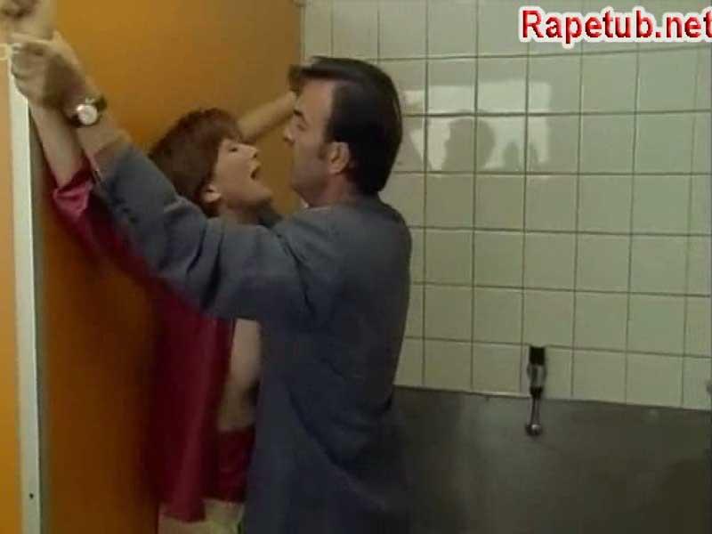 Мучает женщину в туалете