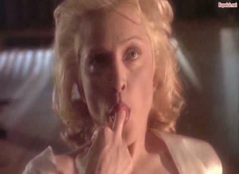 Очень горячая сцена мастурбации и жестким сексом с Мадонной.
