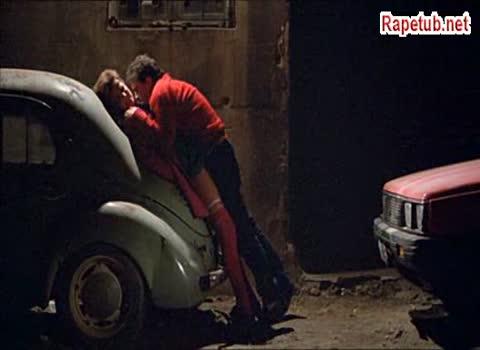 Сцена из фильма - Антонио Бандерас напал на свою соседку.