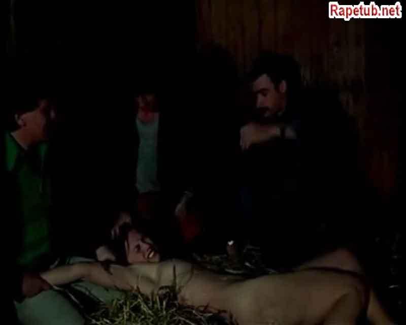 На сеновале трое мужчин и случайна заблудившаяся девушка.