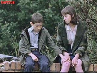 Очень милая сцена, девчонка позволяет мальчику трогать себя.