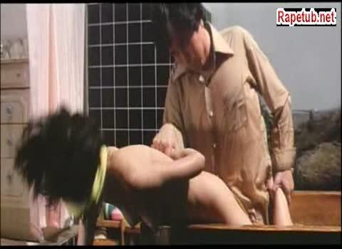 Девушка сидит в ванне, двое парней врываются, насилуют ее, а мужа заставляют смотреть.