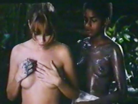 Черная и белая девушка проводят свою юность
