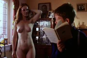 Девушка хвастается большой грудью перед мальчиком.