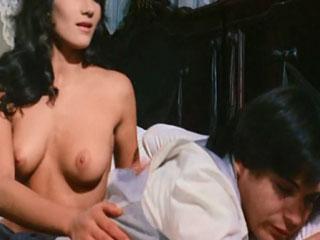 Женщина соблазняет голым телом молодого юношу