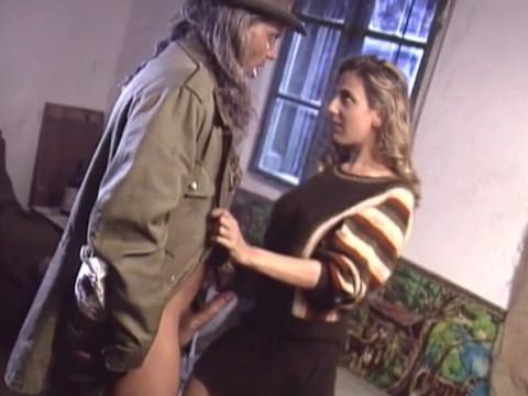 Проститутка удовлетворяет сутенера, чтобы иметь хорошую работу