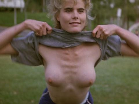 Чтобы выиграть девушка (Мэриэл Хемингуэй) показала грудь