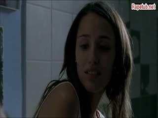 Девушка и два парня в одном туалете, не стесняясь друг-друга делают свои дела.