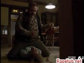 Толстый мужик приковывает девушку наручниками и насилует.