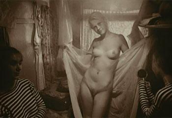 Мальчик ищет мать проститутку в барделе для солдатов.