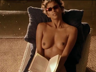Хэлли Берри голая топлесс