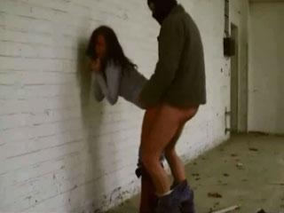 Затащив девушку в заброшенное здание мужчина принудил ее к сексу.