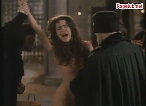 Инквизиторы производят досмотр молодой девушки.