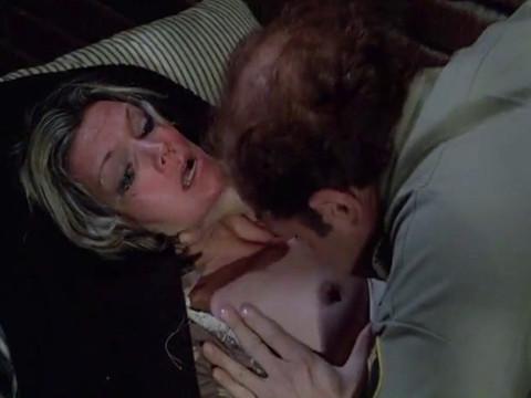 Коп насильник нападает на красивую заключенную