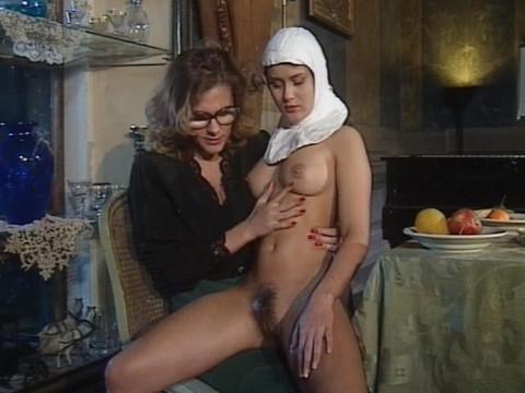 Похотливые монахини служат епископу
