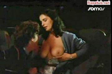 Отсосал лишнее молоко из грудей женщины.