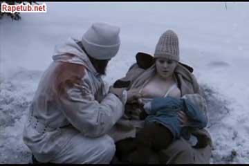Голодный солдат пьет молоко с груди толстой женщины.