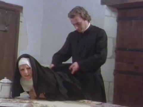 Священник наказывает монашку