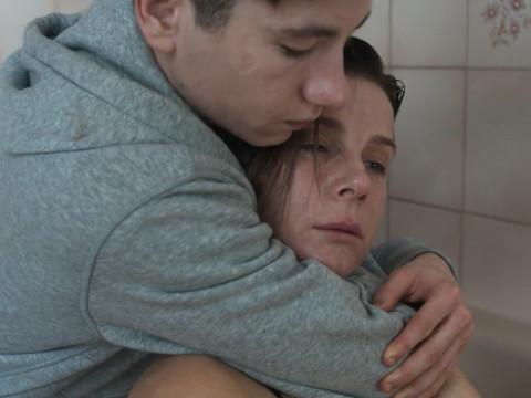Одинокая женщина находит своего сына в другом мальчике-подростке