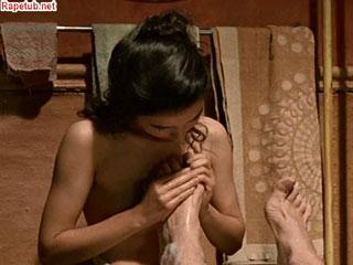 Обнаженная девушка обкусывает ногти на ногах старику