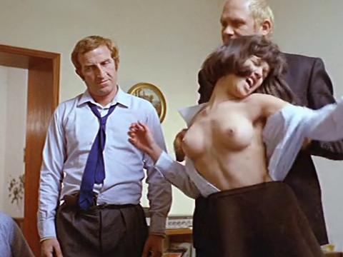 Мужчина шантажирует отца раздевая его дочь