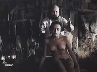 Знахарь загипнотизировал голую девчонку.