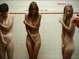 Чтобы выжить, девушка раздвигает ноги перед директором тюрьмы.