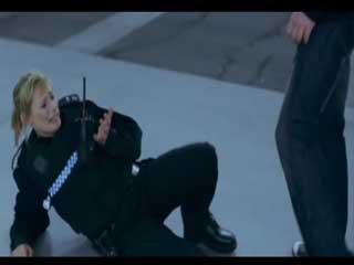 Женщины-полицейский и повстанцы.