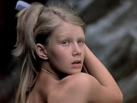 Девушка купается в водопаде