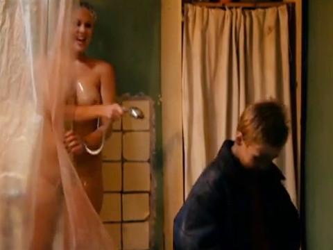 Сестра не стесняясь брата принимает душ
