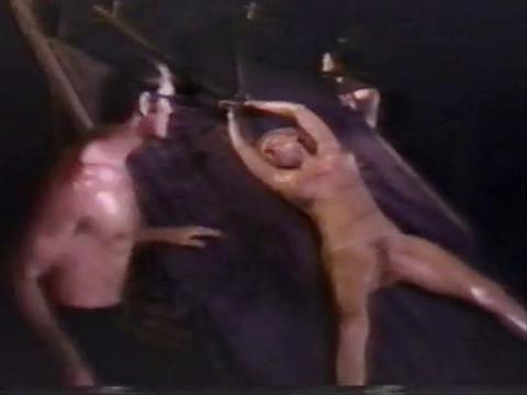 Пытки рабыни в подземелье.