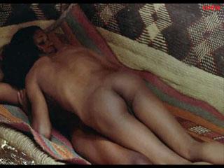 Черная рабыня с удовольствием отдает свое тело