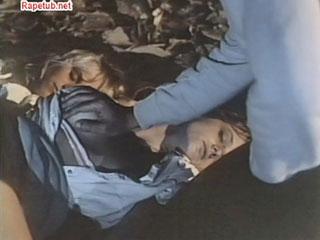 Пока девушки спали мужчина облипал их.