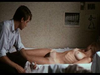 Парень воспользовался гипнозом, чтобы раздеть девушку.