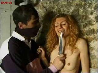 Худая девушка была изнасилована человеком с ножом
