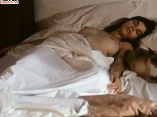 Девушка приютила, помыла и обогрела молодого революционера.