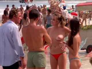 Отцы встречают своих обнаженных дочерей на пляже