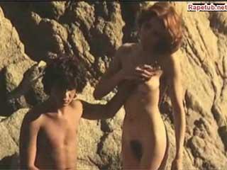 Одинокая мамаша ищет молодого любовника.