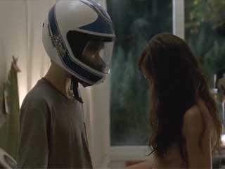 Взрослая девушка соблазняет застенчивого подростка, не замечая, что влюбляется в него.