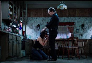 На глазах у мужа избивает и заставляет жену сосать.